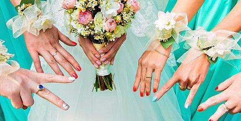 Brautstrauss und viele Hände
