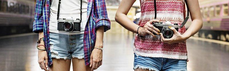 junge Frauen mit Kameras