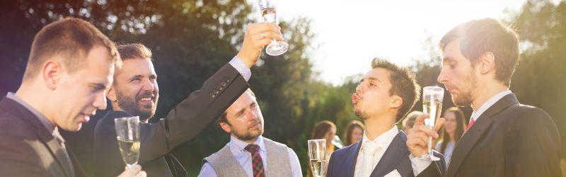 Gäste trinken Sekt während der Hochzeitsfeier