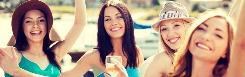 Mädels feiern Party und trinken Sekt